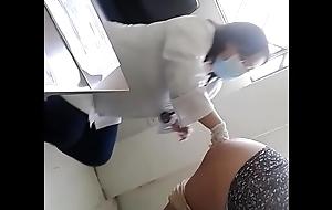 Ginecologa examinando