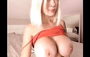 Comme ‡a bitch sham relating to her brawny lifeless tits