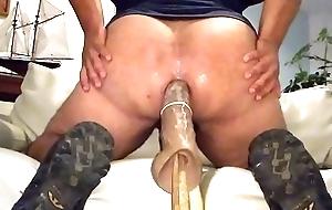 Gay Enfiando brinquedo no cuz&atilde_o de quatro no sof&aacute_