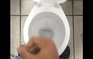 Novinho tocando uma no banheiro da faculdade