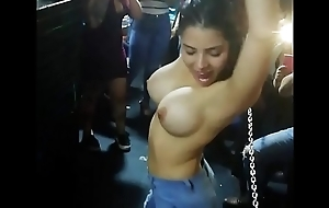 Venezolana se quita el polo en discoteca